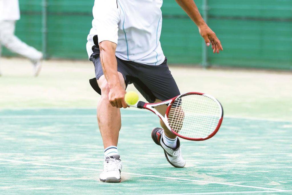 レンタルコートでテニスを楽しむ様子
